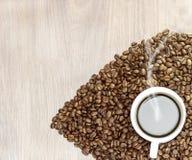 Кофейные зерна на сером цвете - белая предпосылка Конец-вверх Стоковое фото RF
