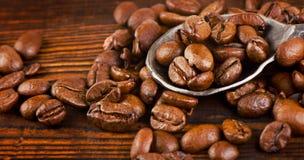 Кофейные зерна на старой деревянной предпосылке Стоковое Изображение