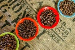Кофейные зерна на таблице Стоковое Фото