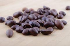 Кофейные зерна на таблице Стоковые Изображения