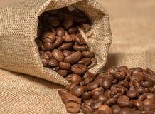 Кофейные зерна на таблице Стоковая Фотография RF