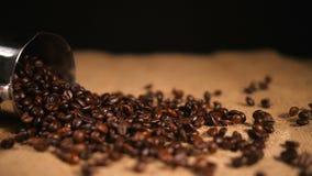 Кофейные зерна падая на bagging от Cezve видеоматериал