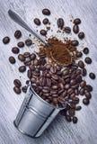 Кофейные зерна разлитые вне на предпосылке стоковые фотографии rf