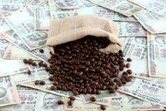Кофейные зерна разлитые на индийских рупиях Стоковая Фотография RF
