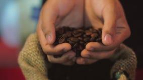 Кофейные зерна Руки женщин касаются приобретают кофейные зерна от сумки кофе Качество зажаренных в духовке кофейных зерен внутри акции видеоматериалы