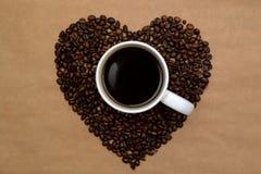 Кофейные зерна сердец форменные и чашка кофе Стоковая Фотография RF