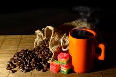 Кофейные зерна, сумка джута, чашка кофе и студень Стоковая Фотография RF