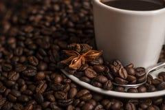 Кофейные зерна с белой анисовкой чашки и звезды Стоковые Фотографии RF
