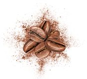 Кофейные зерна с земным кофе на белой предпосылке Стоковое фото RF