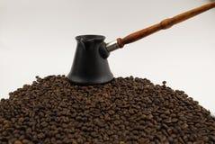 Кофейные зерна с a на белой предпосылке стоковое изображение rf