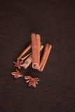 Кофейные зерна с специями на старых деревянных досках , циннамон, гайки, анисовка звезды Стоковое Изображение RF