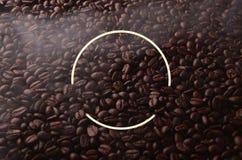 Кофейные зерна с творческим элементом круга для графических польз Стоковая Фотография