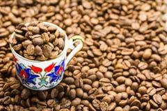 Кофейные зерна с чашкой Стоковое Изображение RF