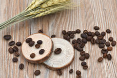 Кофейные зерна, табуретки дерева и пшеница Стоковая Фотография