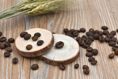 Кофейные зерна, табуретки дерева и пшеница стоковая фотография rf