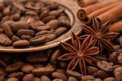 Кофейные зерна, циннамон и анисовка на медной плите Стоковая Фотография RF