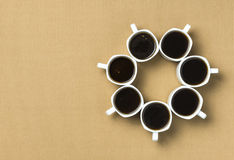 Кофейные чашки аранжированные в круге Стоковые Фотографии RF