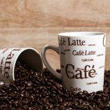 Кофейные чашки и кофейные зерна стоковая фотография