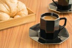 Кофейные чашки и круассаны стоковое изображение rf