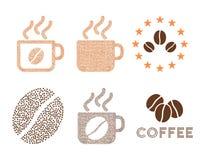 Кофейные чашки и состав глифа логотипа с кофейными зернами бесплатная иллюстрация