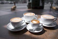 Кофейные чашки различного размера с картиной на поверхности Стоковое Изображение RF