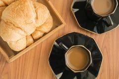 Кофейные чашки с круассанами стоковое фото rf