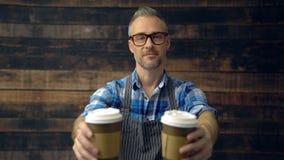 Кофейные чашки телезрителя рук 2 Barista акции видеоматериалы