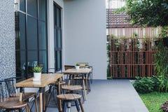 Кофейня в утре Кофе питья Вид на сад стоковые фото