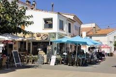 Кофейня в центре города Saintes-Maries-de-Ла-Mer стоковые изображения