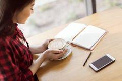 Кофе азиатской девушки выпивая в кафе, концепции перерыва на чашку кофе Стоковая Фотография RF
