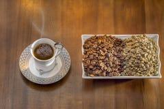кофе белой чашки горячий турецкий и разбросанные зерна кофе Стоковая Фотография