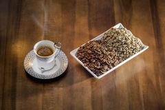 кофе белой чашки горячий турецкий и разбросанные зерна кофе Стоковые Фотографии RF