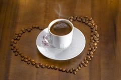кофе белой чашки горячий турецкий и разбросанные зерна кофе Стоковые Фото