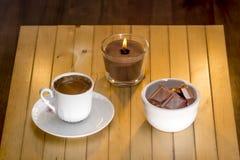 кофе белой чашки горячий турецкий и разбросанные зерна кофе Стоковое фото RF