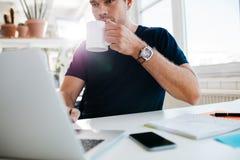 Кофе бизнесмена выпивая и работа на компьтер-книжке Стоковые Фото