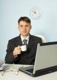 кофе бизнесмена выпивая меньший утомлянный офис Стоковые Фотографии RF