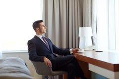 Кофе бизнесмена выпивая на гостиничном номере Стоковая Фотография