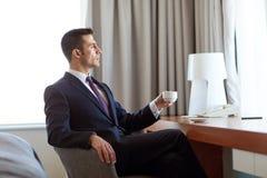 Кофе бизнесмена выпивая на гостиничном номере Стоковое Изображение