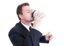 Кофе бизнесмена выпивая на проломе сигареты Стоковое Фото