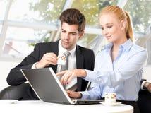 Кофе бизнесмена выпивая с его коллегой Стоковое Изображение