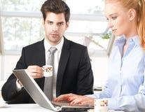 Кофе бизнесмена выпивая с его коллегой Стоковые Фото