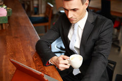 Кофе бизнесмена выпивая Стоковые Фото