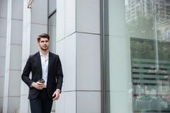 Кофе бизнесмена идя и выпивая взятия отсутствующий в городе Стоковые Изображения