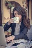 Кофе бизнес-леди выпивая и работа на компьтер-книжке Стоковая Фотография
