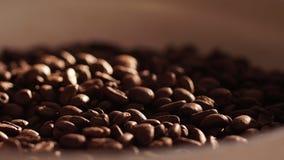 Кофе близкий кофе вверх макрос кофе завтрака фасолей идеально изолированный над белизной макрос кофе завтрака фасолей идеально из видеоматериал