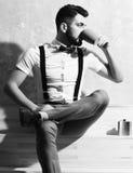Кофе бородатого человека выпивая, чай от чашки с серьезной стороной Стоковое Фото