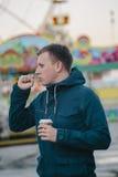 Кофе больного человека кашляя и выпивая Стоковое Изображение RF