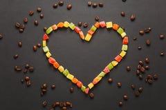 Кофе Брайна solated на черной предпосылке текстуры для дизайна Карточка на fabruary 14, концепция дня ` s валентинки Святого праз Стоковая Фотография