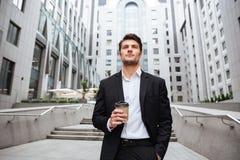 Кофе взятия бизнесмена выпивая отсутствующий в городе Стоковое Изображение RF