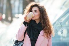 Кофе взятия милой молодой женщины выпивая отсутствующий Стоковая Фотография
